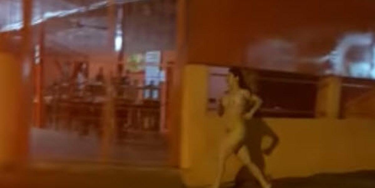 Una mujer desnuda persigue a su novio por la calle