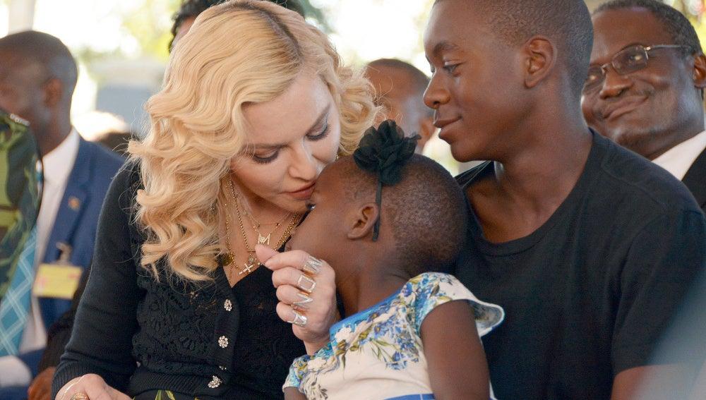 Madonna con dos de sus hijos