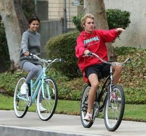 Selena Gomez y Justin Bieber en bici