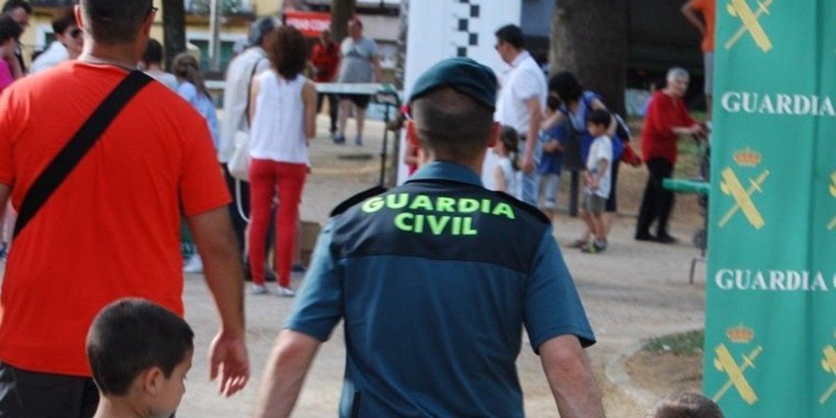 Un Guardia Civil con dos niños de la mano