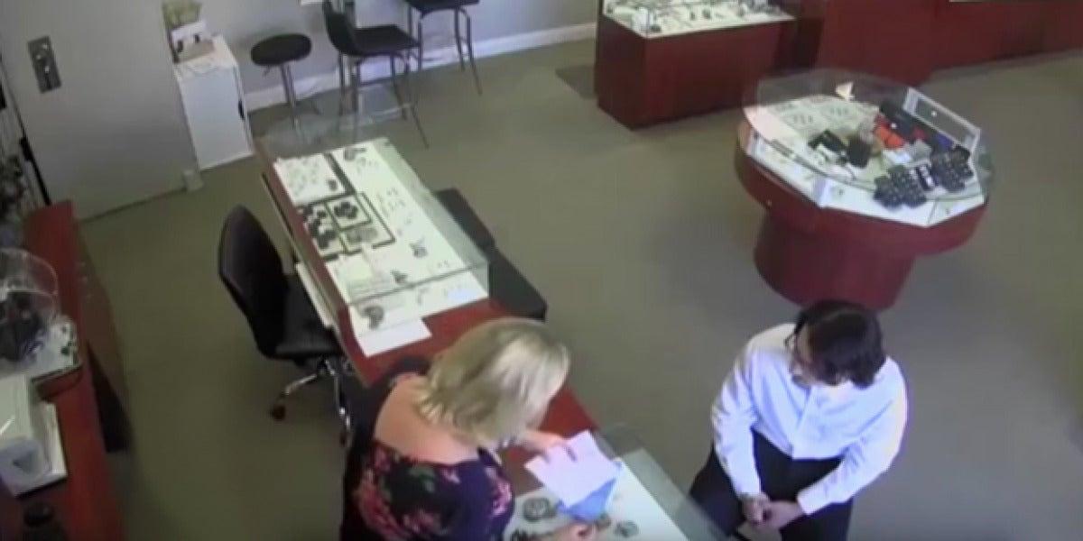 Sin armas ni violencia: así roba un diamante de 27.000 euros en unos segundos