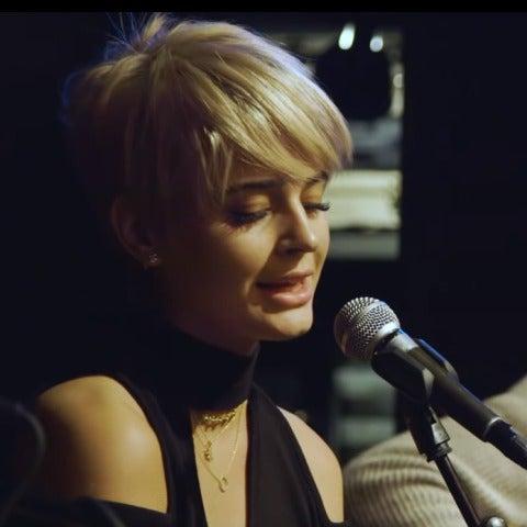 Laura Escanes interpretando 'Someone like you' de Adele