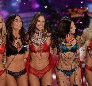 Alessandra Ambrosio cuelga sus alas tras el desfile de Victoria's Secret