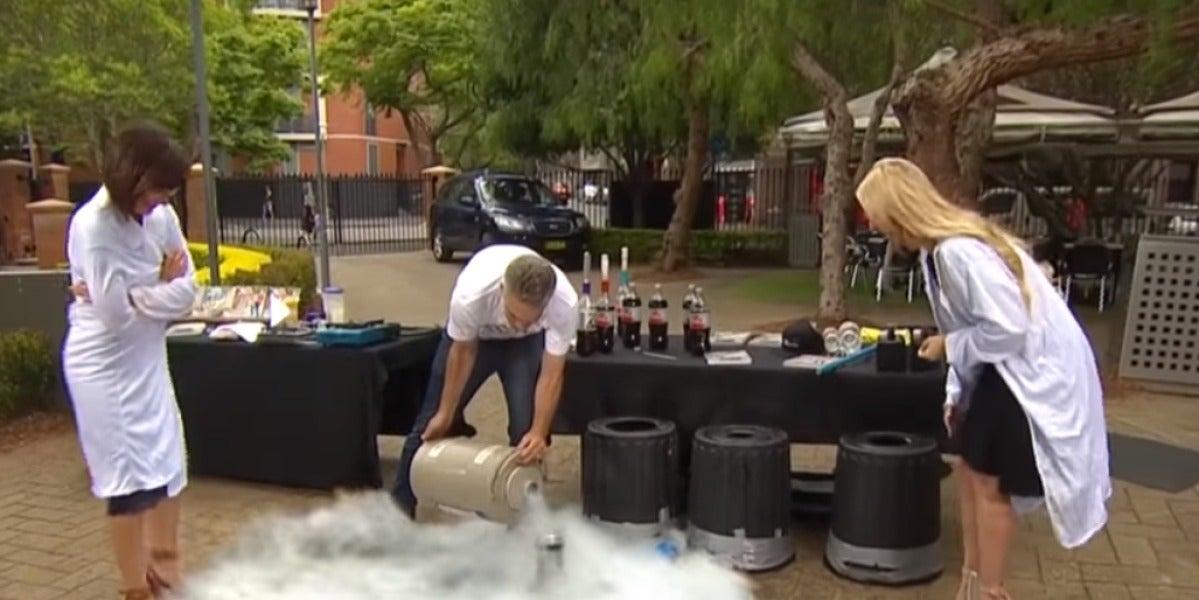 Experimento con nitrógeno y Coca Cola en el programa de televisión australiano Studio 10
