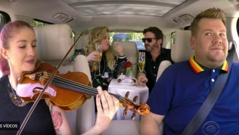 Kelly Clarkson y su marido Brandon Blackstock en Carpool Karaoke