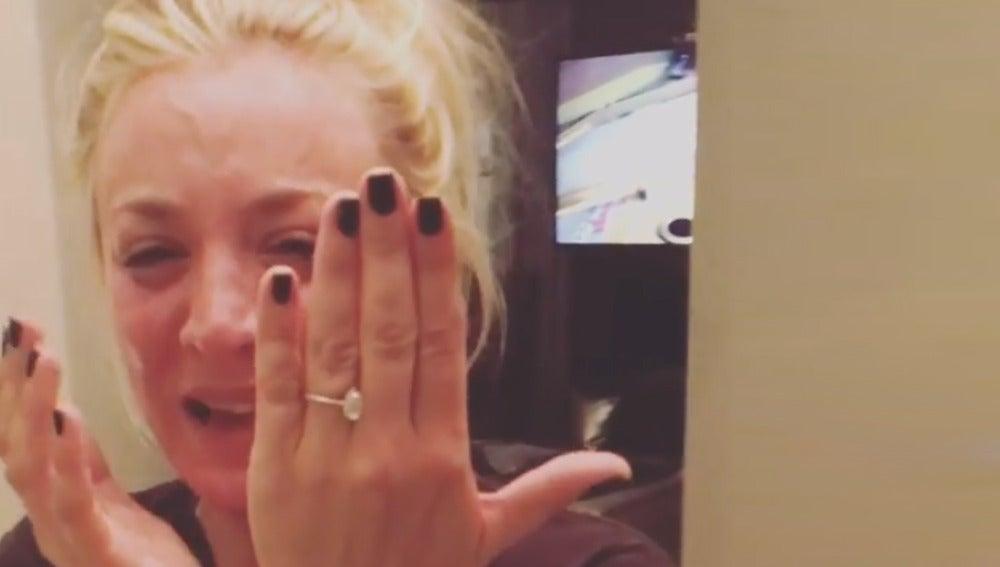 Kaley Cuoco, muy emocionada durante su pedida de mano