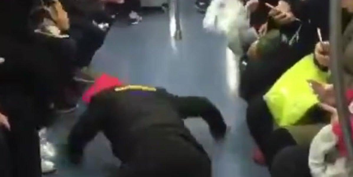 Finge tener convulsiones para poder sentarse en el metro