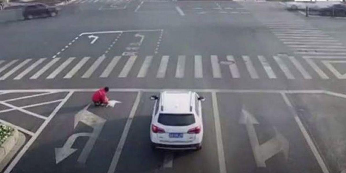 Un hombre repinta las señales de tráfico para llegar antes a casa