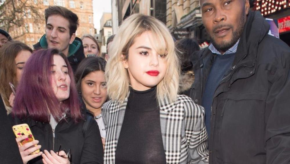 Selena Gomez luciendo un jersey semitransparente durante su promo en Londres