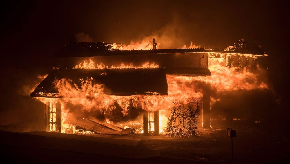 Una casa es devorada por las llamas, durante el incendio bautizado como 'Thomas Fire', en Ventura, sur de California