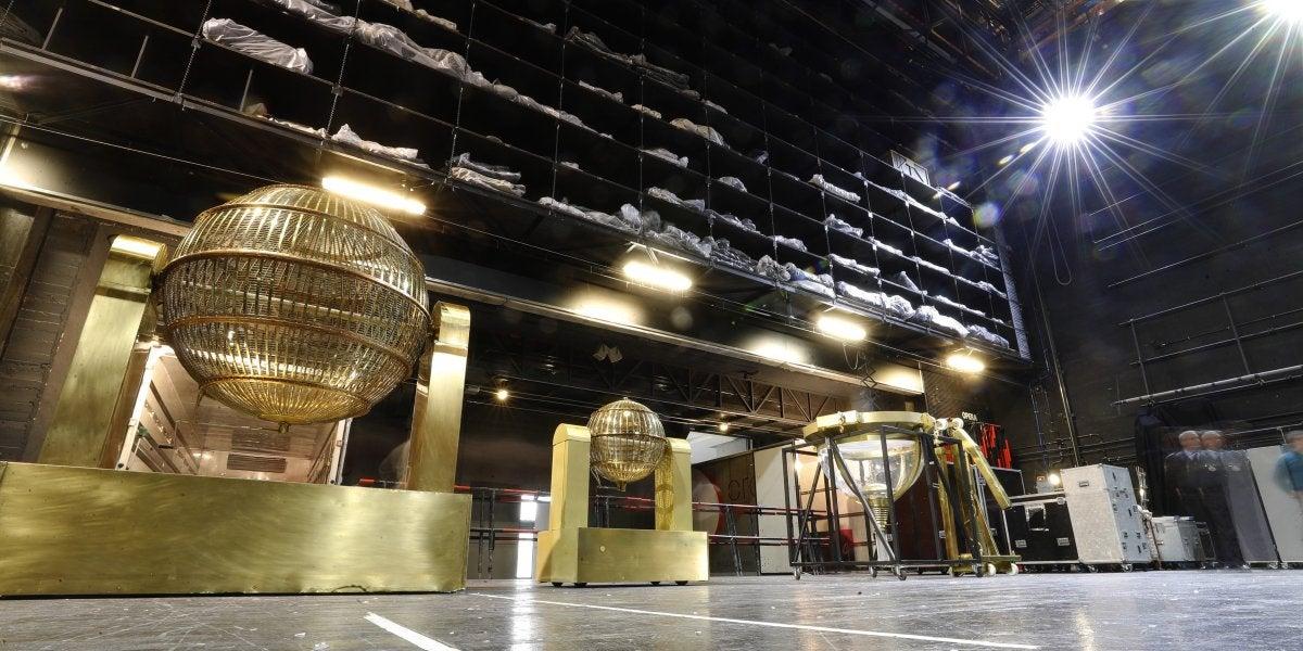 Momento de la instalación de los dos bombos de la Lotería de Navidad en el Teatro Real de Madrid