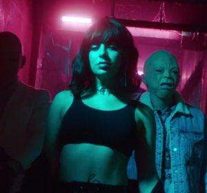 Charlie XCX en el videoclip de 'Dirty Sexy Money'