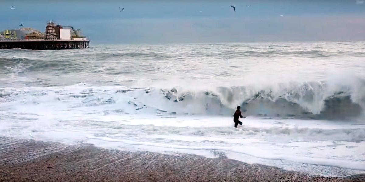 Intenta salvar a su perro de las olas