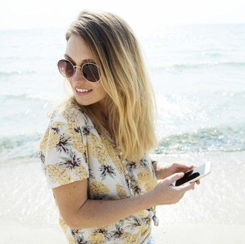 Una chica feliz con su móvil