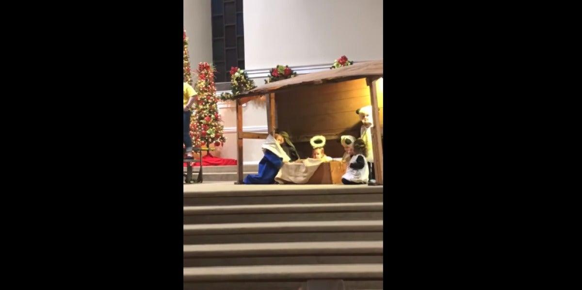 Una niña roba el niño Jesús de un belén y se pelea con la Virgen