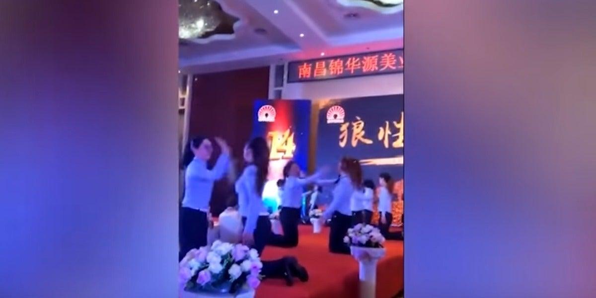 Una empresa obliga a sus empleadas a abofetearse durante una fiesta