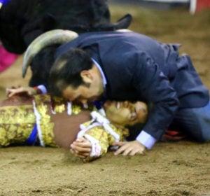El hermano de un torero arriesga su vida para protegerlo de las cornadas
