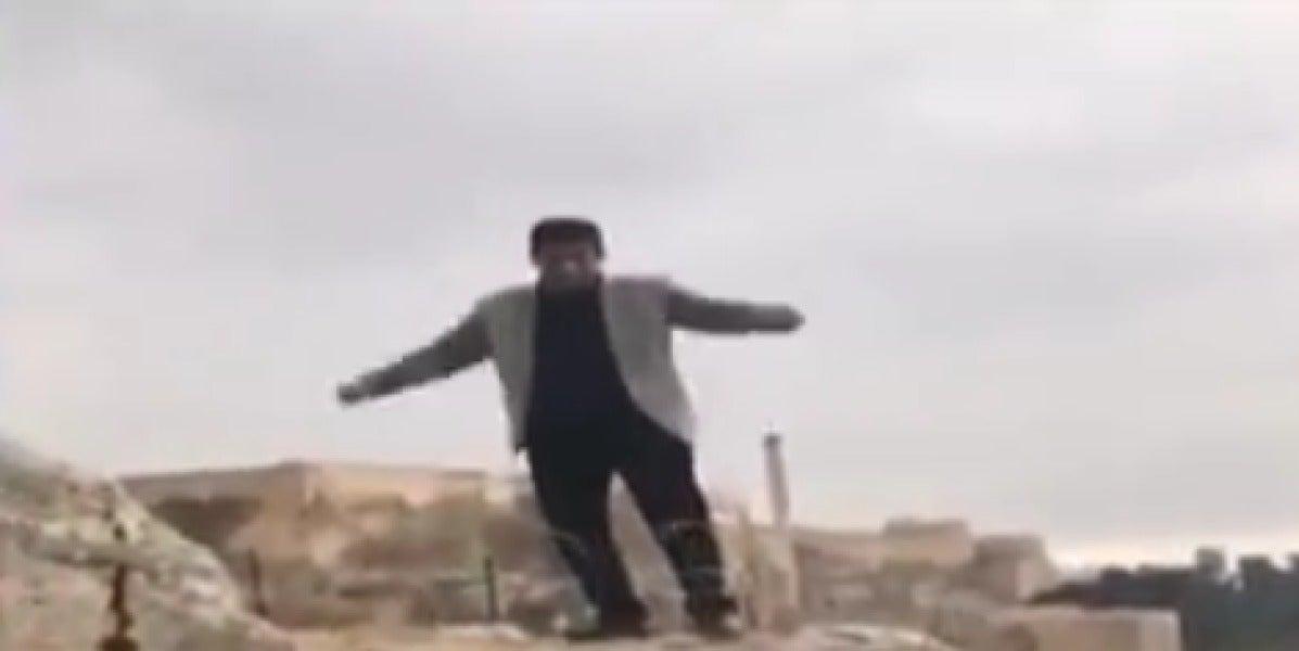 Un hombre muere al caerse de un acantilado mientras intentaba hacerse una divertida foto