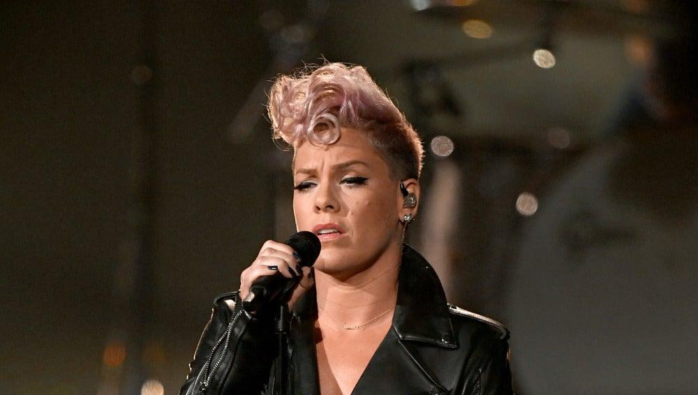 Pink durante un concierto