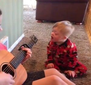 Un niño con síndrome de down consigue hablar gracias a la musicoterapia