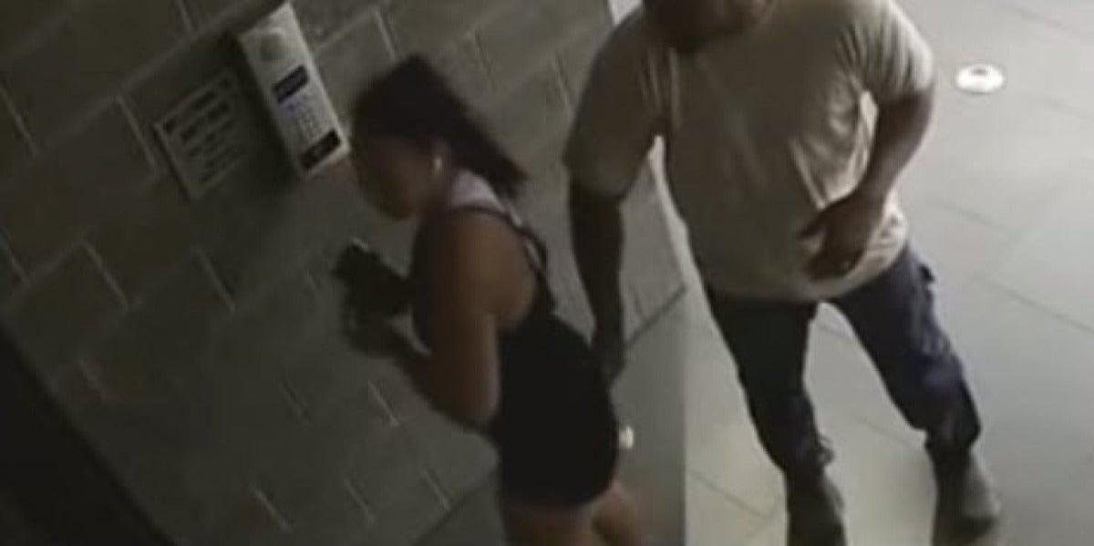 Un hombre acosa a una mujer en la calle