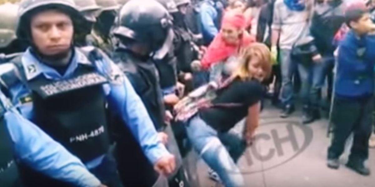 Mujeres protestando contra la policía haciendo twerking