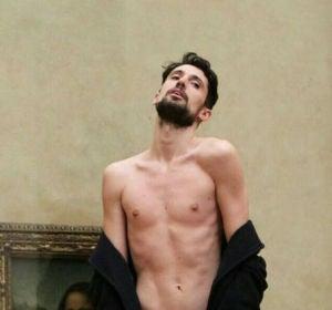 El performer Adrián Pino se desnuda ante La Mona Lisa