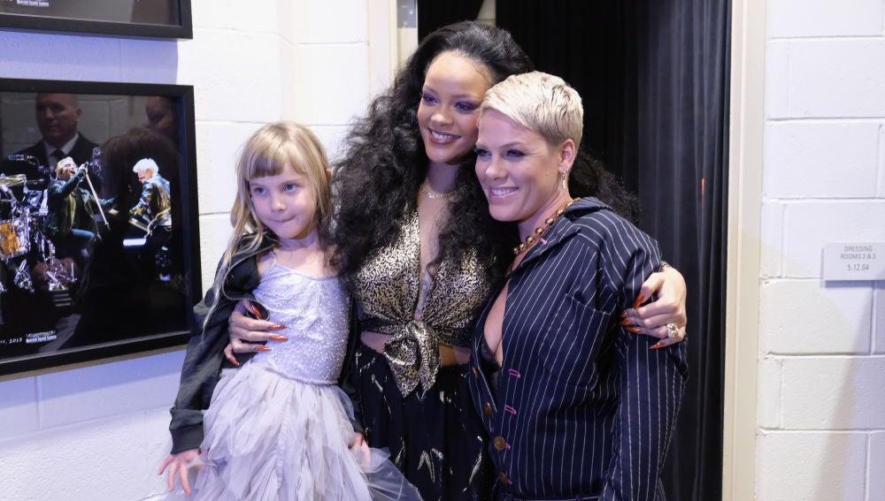 Rihanna y Pink con su hija en el backstage de los Grammy 2018