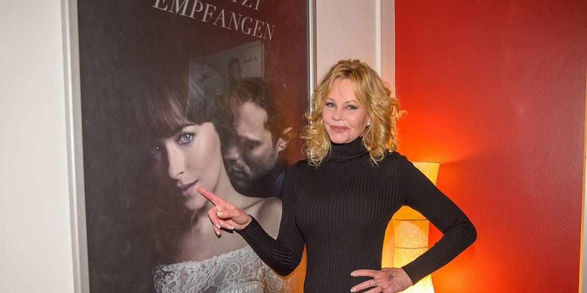 Melanie Griffith junto al póster de 'Cincuenta sombras liberadas'