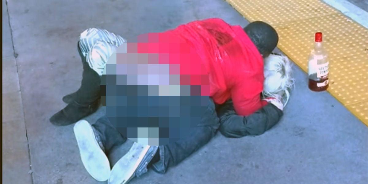 Un hombre abusa sexualmente de una mujer en plena calle
