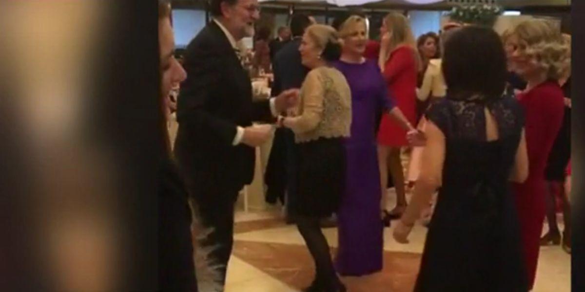 Mariano Rajoy bailando durante una boda en Murcia