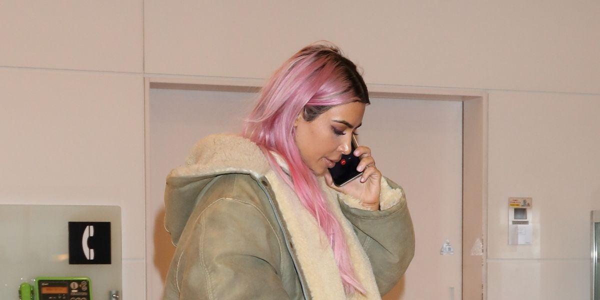 Kim Kardashian viaja a Japón con el pelo rosa