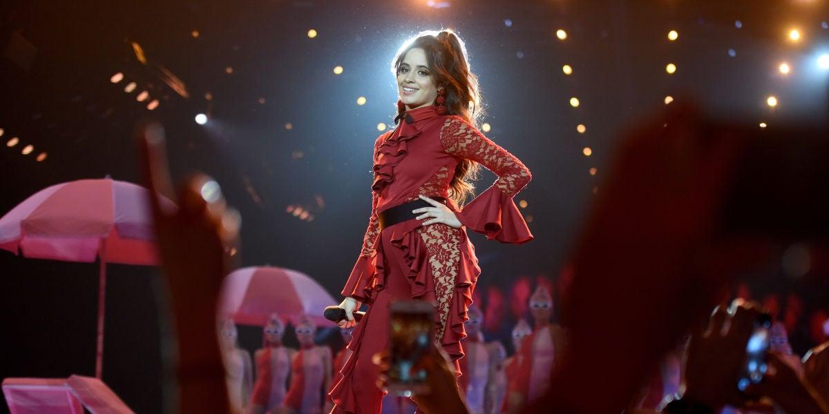 Camila Cabello durante su actuación en los MTV EMAs 2017