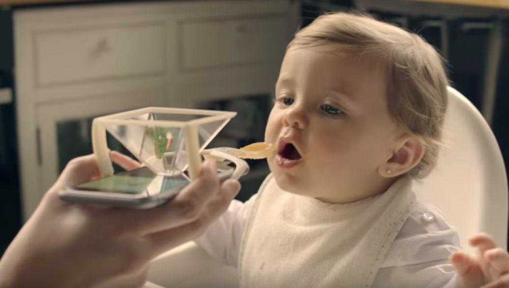 Los nutricionistas explotan contra Nutribén por crear una cuchara para bebés con soporte para móvil