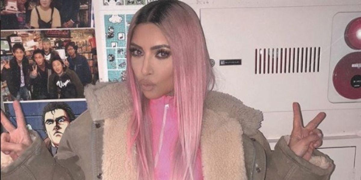 Kim Kardashian con el pelo rosa