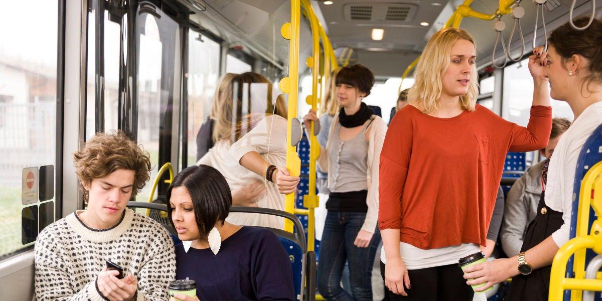 Personas dentro de un autobús