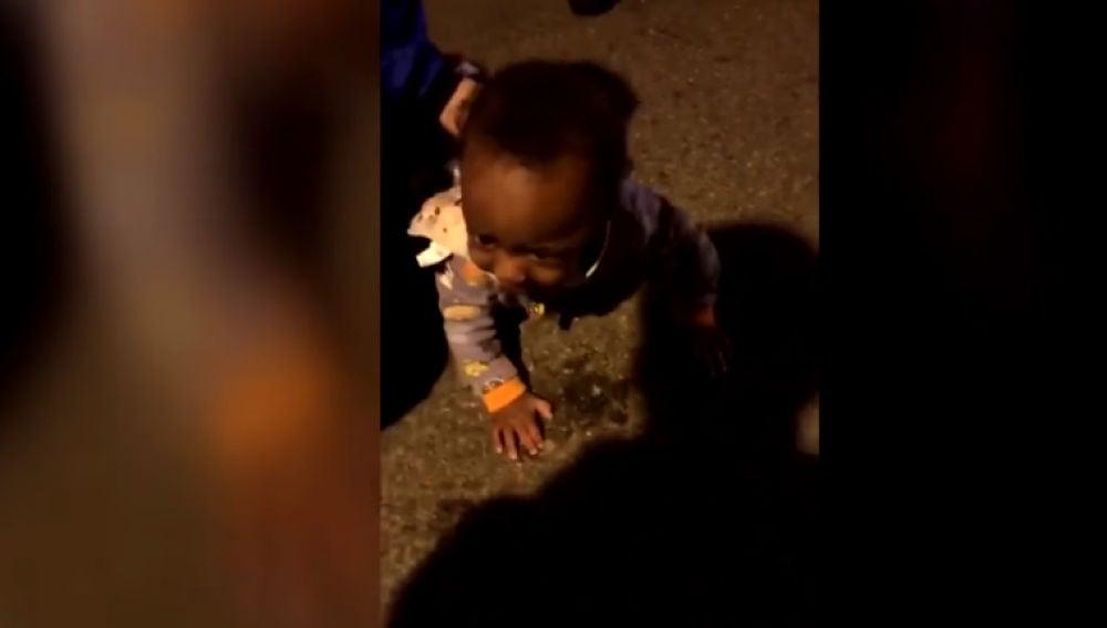 Un bebé de 9 meses gatea solo por mitad de una carretera