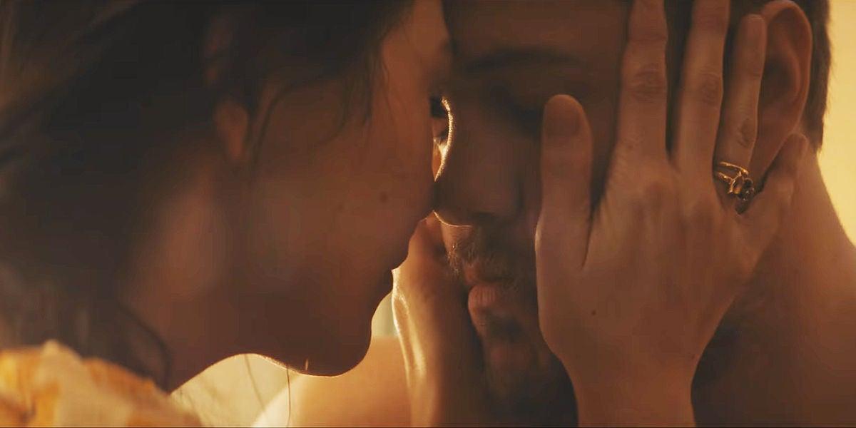 Dan Reynolds y Aja Volkman en el cortometraje de 'Next To Me'