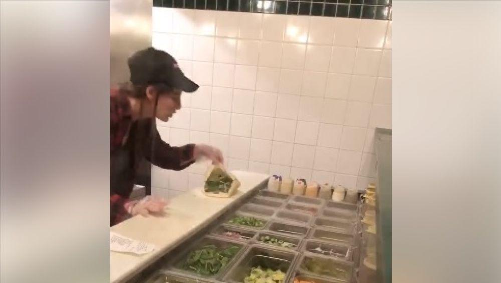 Una empleada de un restaurante de comida rápida escupe sobre la comida de una clienta