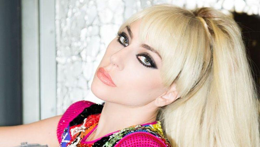 Lady Gaga con un modelo de Versace