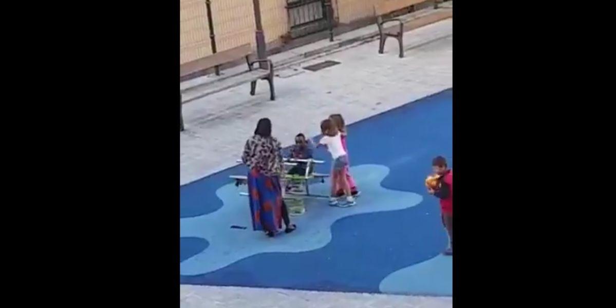 Las dos niñas golpean al menor en un parque de Bilbao