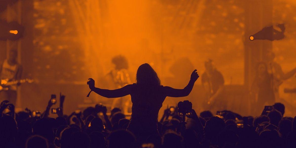 El público disfruta de un concierto