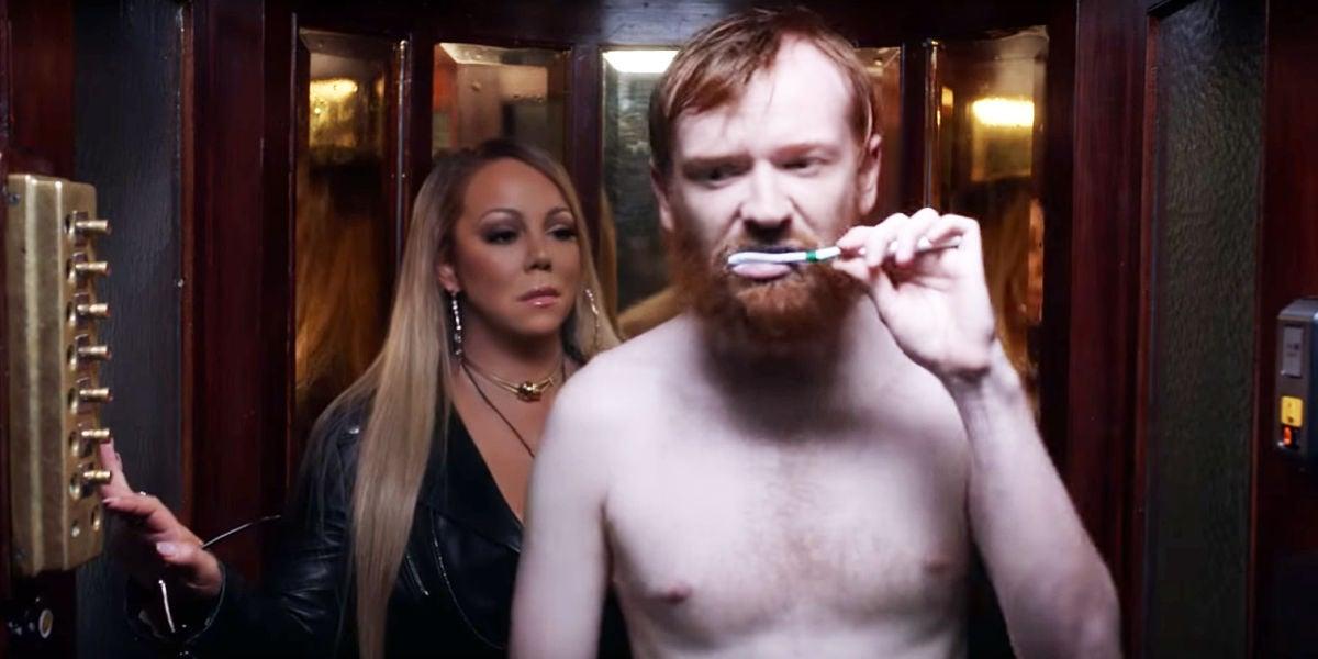 Mariah Carey en el ascensor con un hombre descamisado lavándose los dientes