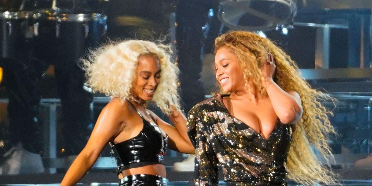 Beyoncé y Solange durante su actuación en Coachella