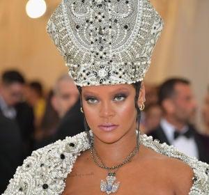 Rihanna con una mitra de perlas en la MET Gala 2018