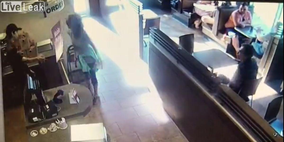 Una mujer defeca en medio de un bar