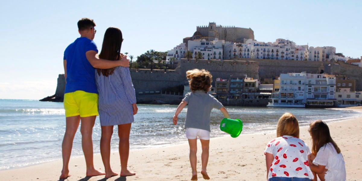 Familia disfrutando de la playa en Peñíscola.