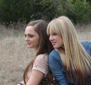 Dos hermanas en un parque