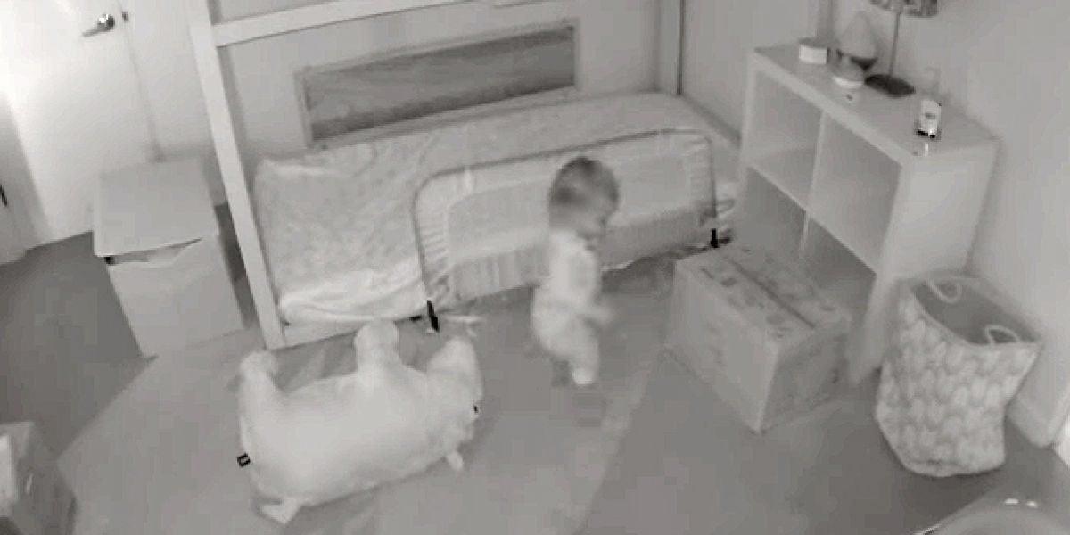La pequeña Chloe saliendo de su habitación