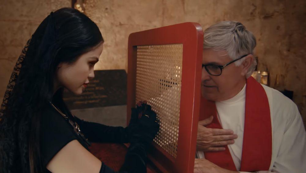 Natti Natasha en el videoclip 'Quien Sabe'